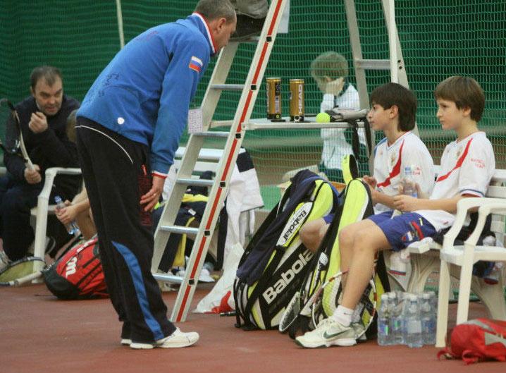 Тренер команды мальчиков Артем Дерепаско беседует с Аленом Авидзбой и Алексеем Захаровым. За заднем плане тренер команды мальчиков из Эстонии