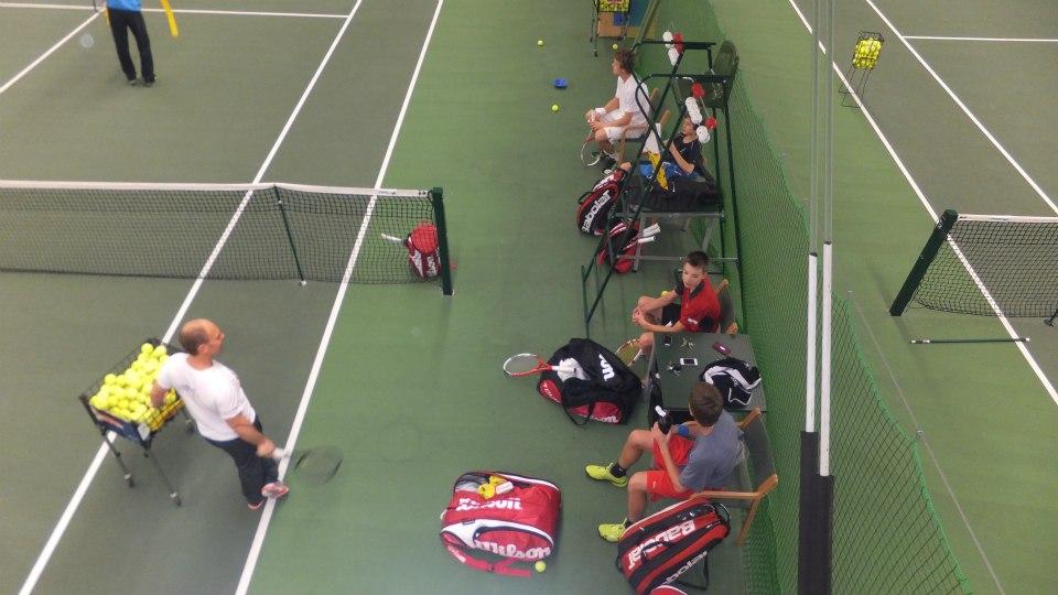 В 14-30 начиналась вторая тренировка - товарищеские матчи - на каждом корте было не больше 2 игроков и по 2 тренера, которые наблюдали за игрой.