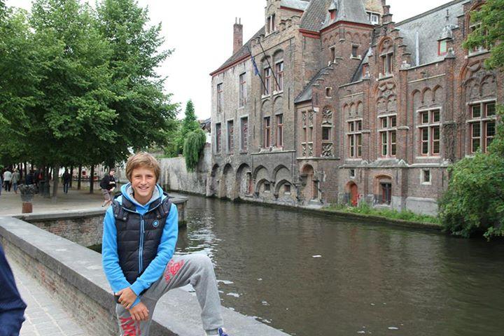 """Этот средневековый город называют """"северной Венецией"""", так как весь город вдоль и поперек изрезан множеством узеньких каналов, вдоль них стоят разноцветные домики, которые делают Брюгге похожим на пряничный городок. Брюгге - это еще и шоколадная столица Бельгии."""