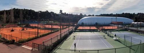 Вид на теннисные корты с моего балкона в Академии Патрика Муратоглу.